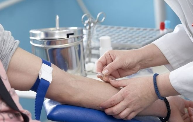 Процесс взятия венозной крови на анализ вирусов