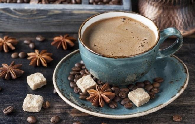 Чашка ароматного кофе с сахаром