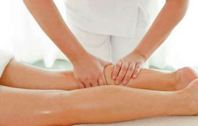 Частный мастер массажа в процессе работы