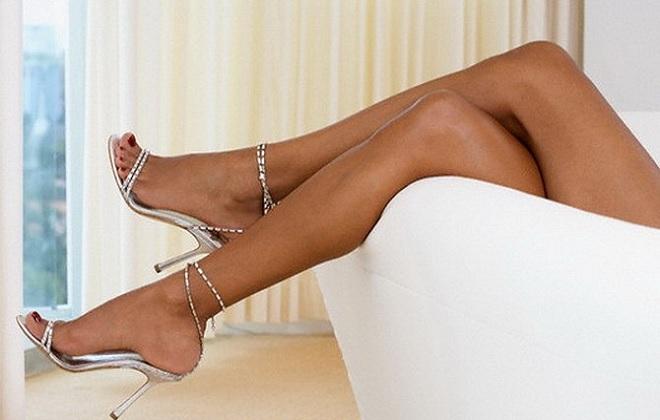 Длинные женские ножки на высоких каблуках