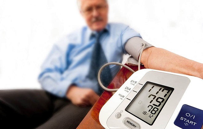 Измерение артериального давления у мужчины пожилого возраста