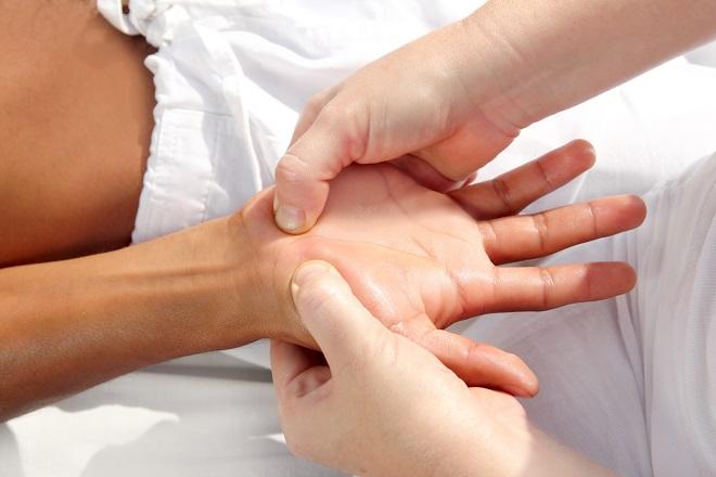 Массаж точек ладони у лежащих больных инсультом