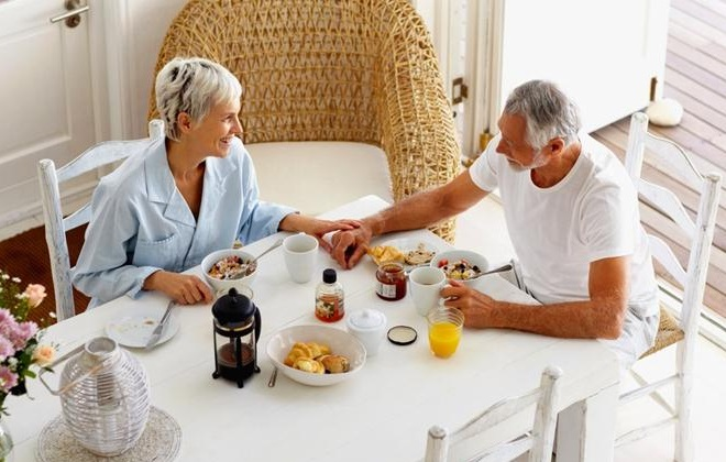Семейный ужин пожилой пары