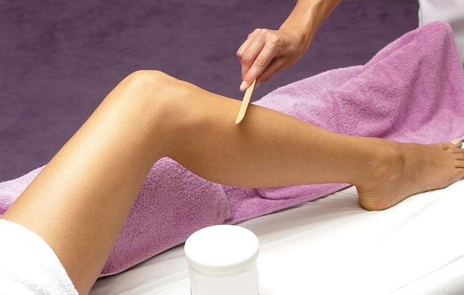 Втирание антиварикозного крема в ноги женщины