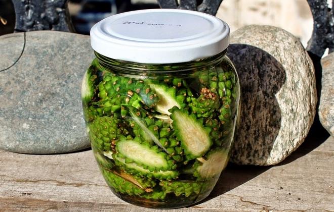 Зеленые сосновые шишки залитые водкой