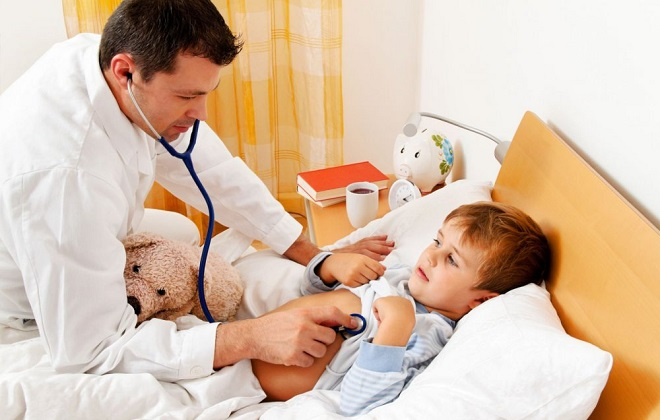 Доктор слушает ребенка