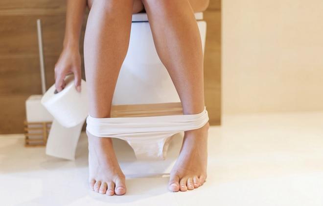 Кровоточит из заднего прохода у женщине в туалете