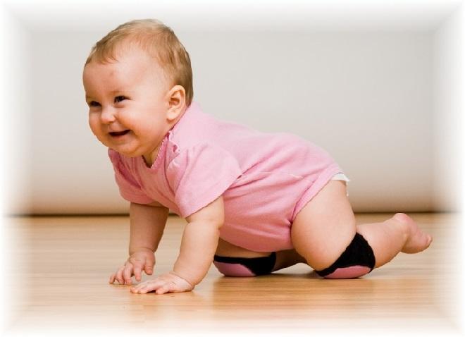 Первые шаги малыша на коленях
