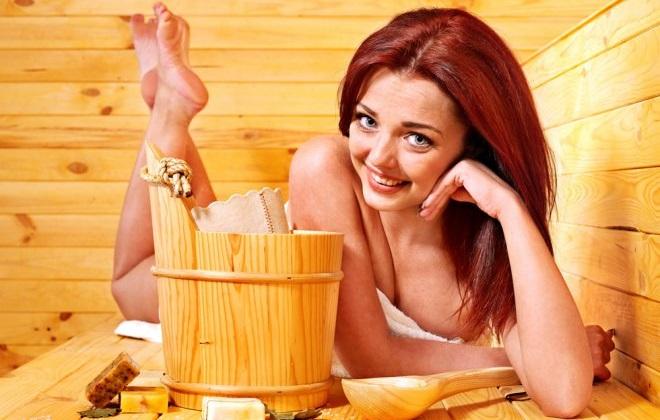 Рыжеволосая девушка с деревянным ведром